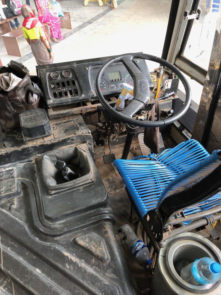 コレ現役の運転席。運ちゃん、裸足で運転していた