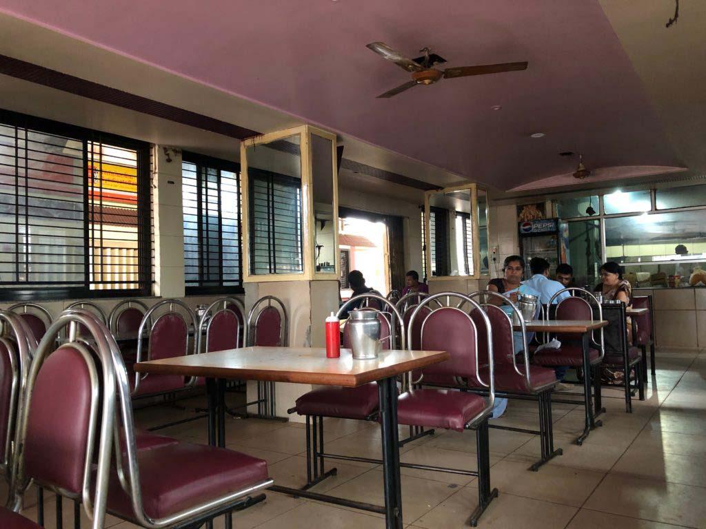 Banashree Restaurant バスターミナル前とあって、朝から晩までお客さんがいた。